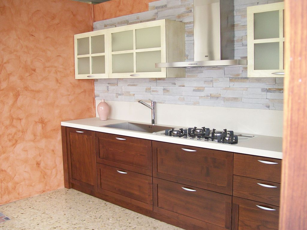 cucina classica in stile in frassino a due colori basi lucidate scure e pensili laccati